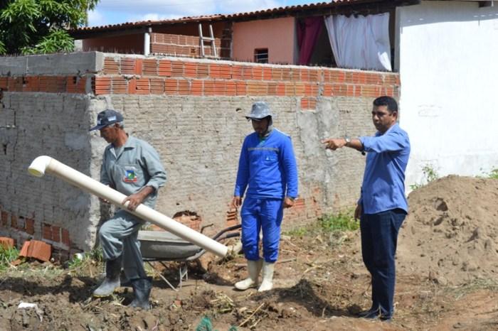 Secretaria de Obras realiza melhorias em rede de esgoto da Rua Antônio Sabiá em Sumé