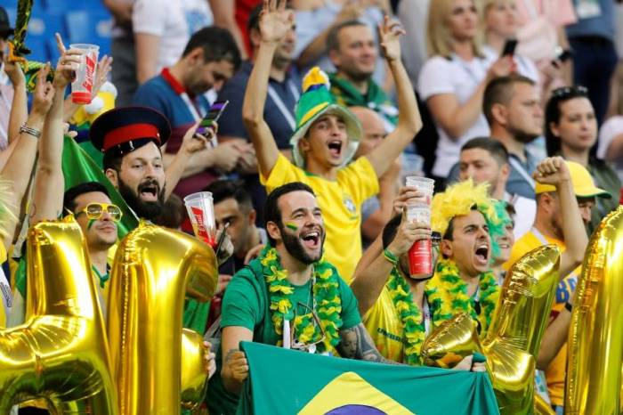 Após vitória, torcida comemora classificação do Brasil às oitavas