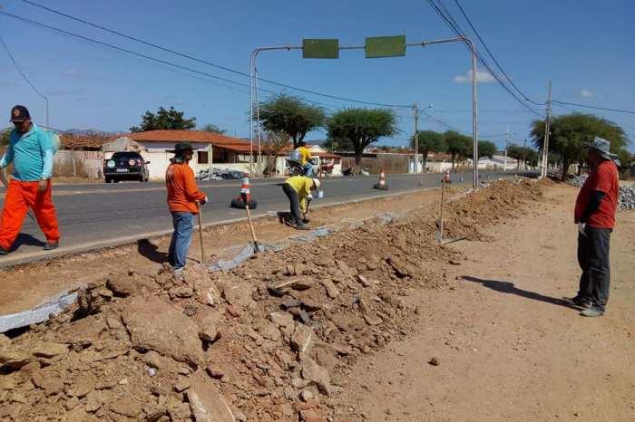 Estado realiza recuperação do acostamento de pista municipal de Serra Branca