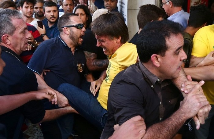Bolsonaro leva facada durante ato de campanha em Juiz de Fora
