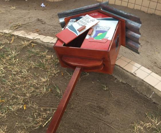 Vândalos derrubam Casinha da Leitura no Centro de Sumé