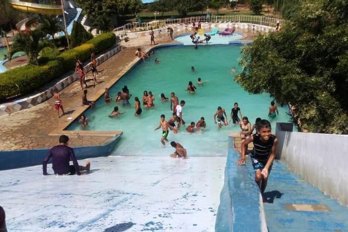 Alunos da zona rural comemoram dia das crianças em parque aquático