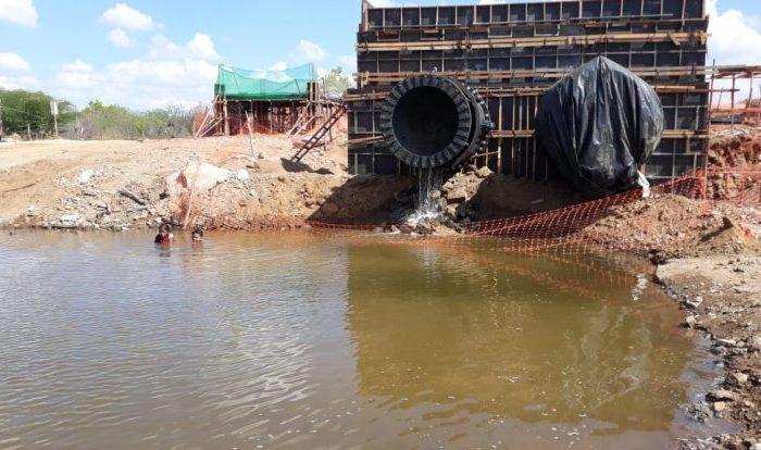 TRANSPOSIÇÃO: Açude de Poções começa a sangrar com destino a Camalaú