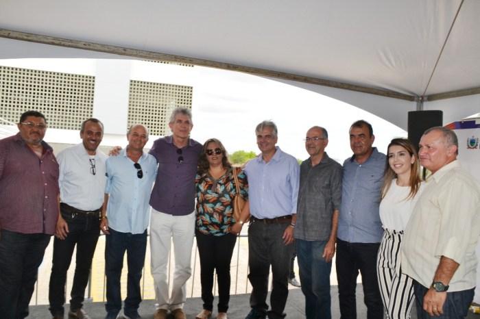 Vereadores de Monteiro acompanham Ricardo na entrega de pacote de obras