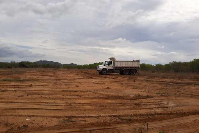 Prefeitura de Prata prepara terreno para um novo campo de futebol na zona rural
