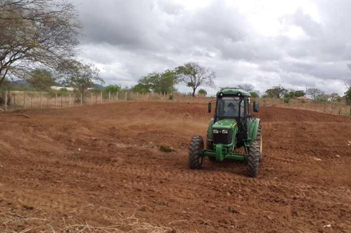 Prefeitura de Monteiro realiza aração de terras e beneficia mais de 30 famílias