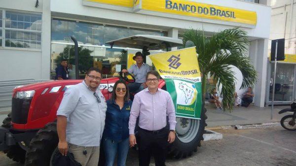 Banco do Brasil realiza entrega de trator adquirido através de linha de crédito em Monteiro