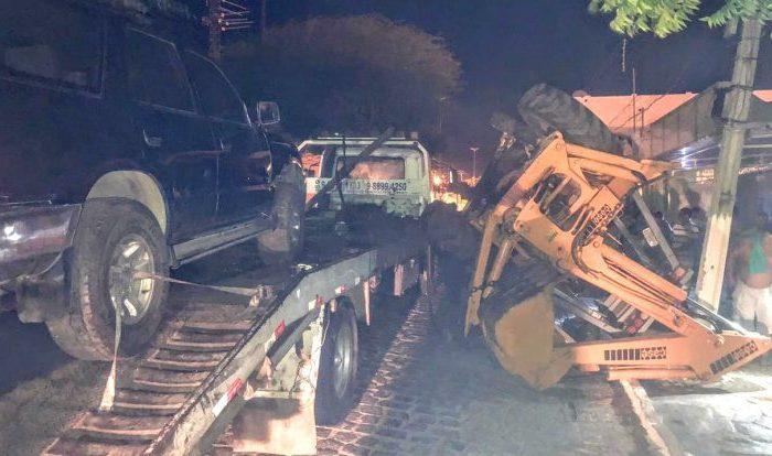 Retroescavadeira tomba de cima de caminhão e atinge rede elétrica em cidade do Cariri
