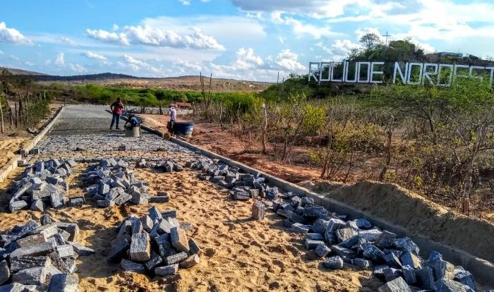 Prefeitura de Cabaceiras intensifica pavimentação na rua de acesso ao letreiro Roliúde Nordestina