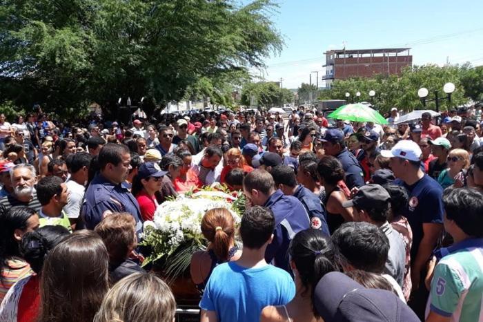 Comoção marca sepultamento de jovem vítima de acidente em Monteiro