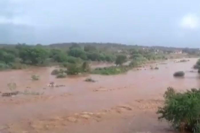 Após noite chuvosa no Cariri, Rio Paraíba amanheceu com cheia