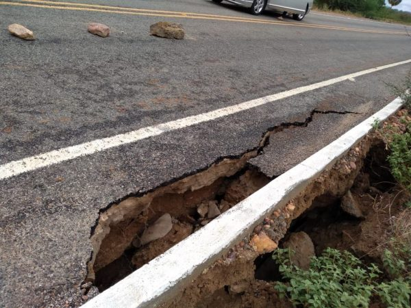 Parte da estrada que liga Parari a Santo André, no Cariri, cede e preocupa moradores