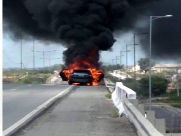 Carro de serrabranquense pega fogo em cima de viaduto, em Campina Grande