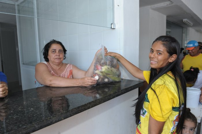 Famílias carentes recebem Kits de verduras no Centro de Gastronomia de Monteiro