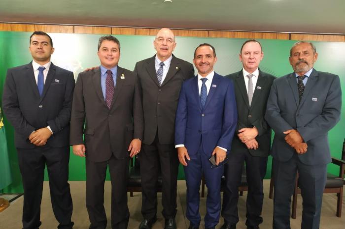 Prefeito de S. S. do Umbuzeiro participa da sanção do cadastro positivo em Brasília