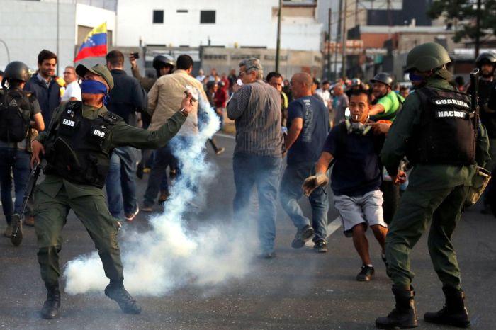 Guaidó afirma ter apoio de militares para derrubar Maduro, na Venezuela
