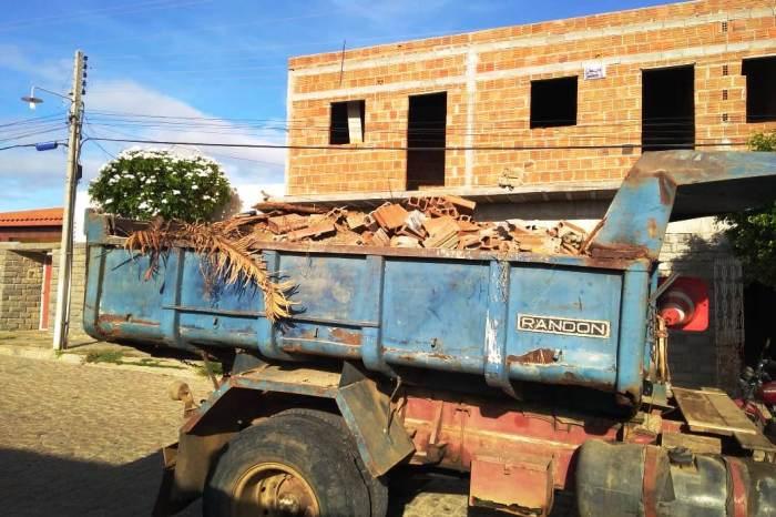 Prefeitura de Monteiro atende população com retirada de entulhos