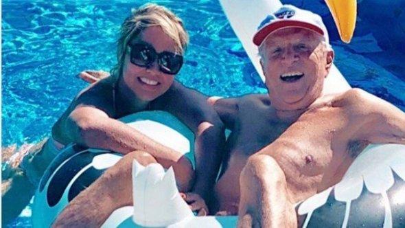 Mulher posa com Carlos Alberto: 'Genética ajuda no casamento'