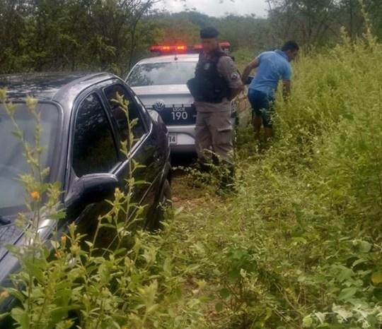 Polícia Militar localiza carro roubado na zona rural de cidade do Cariri