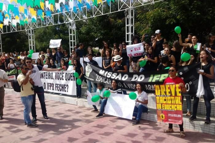 Ato contra bloqueios de verbas da educação acontece em Monteiro e mais sete cidades da Paraíba