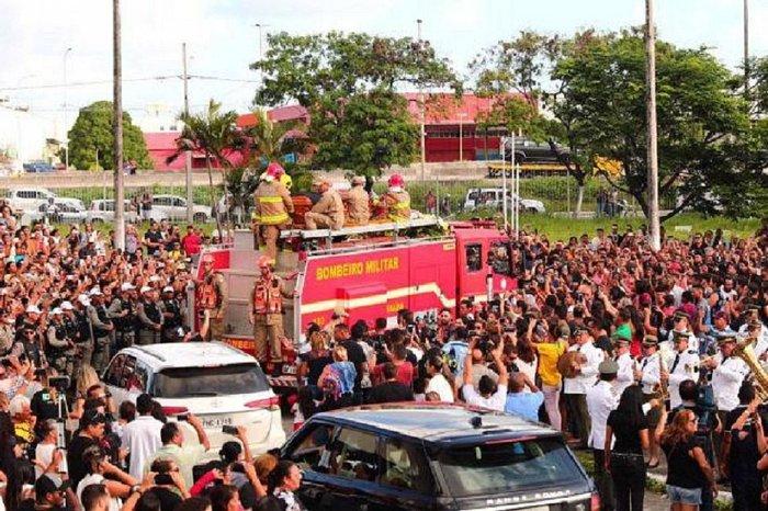 Após cortejo seguido por multidão, Gabriel Diniz é enterrado
