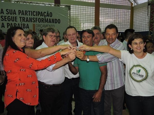 Governador João Azevedo entrega caminhão refrigerado para ACAPRIG do município de Gurjão