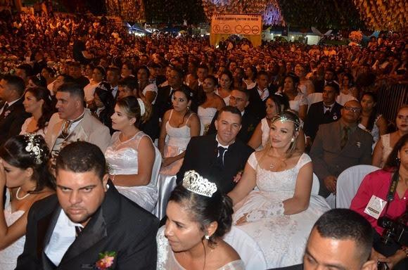 Casamento coletivo une 164 casais no Parque do Povo