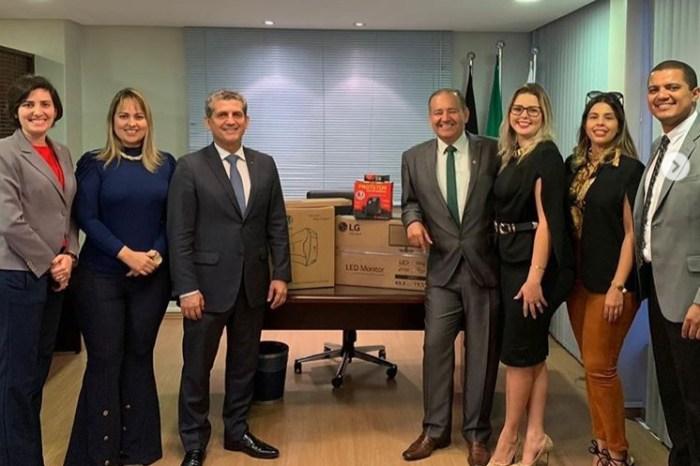 MOÍDOS DA REDAÇÃO: Presidente da OAB-PB entrega computador a Subseção do Cariri