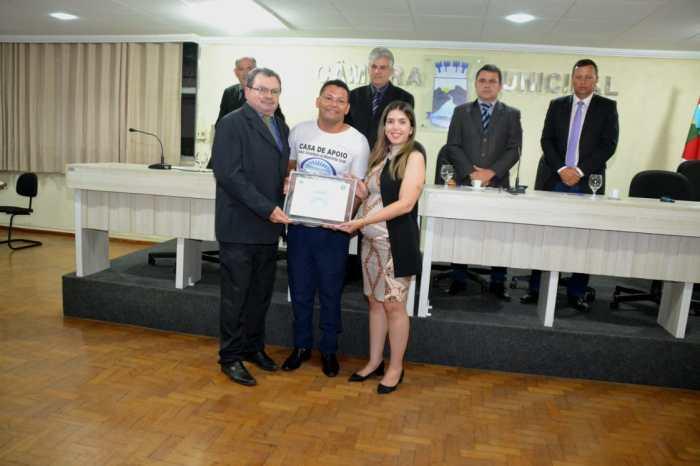 Câmara de Monteiro concede título de cidadão para jovem e história de vida emociona presentes