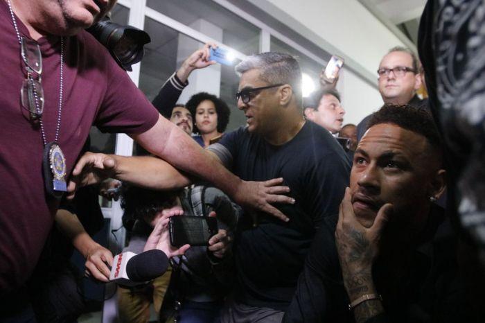 Após depor em delegacia, Neymar agradece carinho de fãs