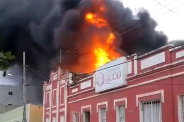 Chamas atingem galpão de depósito das Lojas Moveletro na cidade de Camalaú