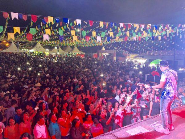 São Pedro de Parari atrai multidão e é concluído com show de Dejinha de Monteiro