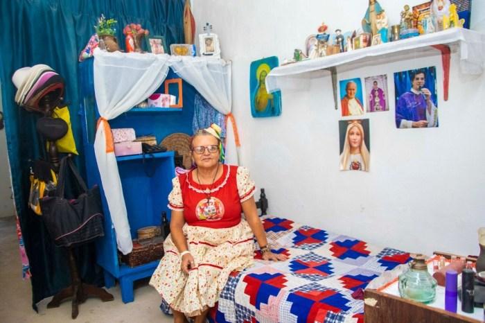 Dona de casa constrói mini memorial do São João em Campina
