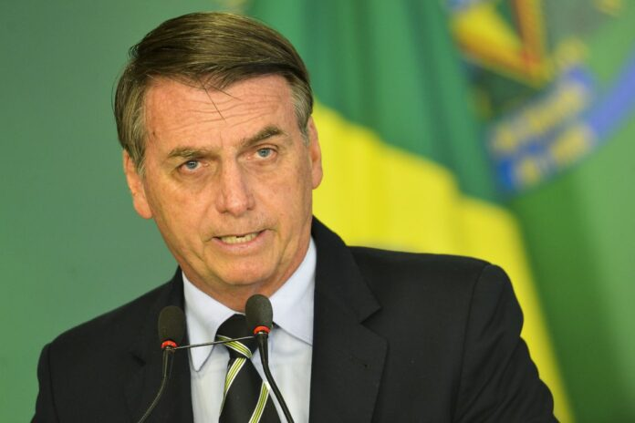Bolsonaro sanciona lei que cria programa Médicos pelo Brasil
