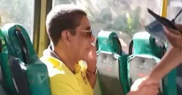 Zeca Pagodinho surpreende fãs ao embarcar em ônibus