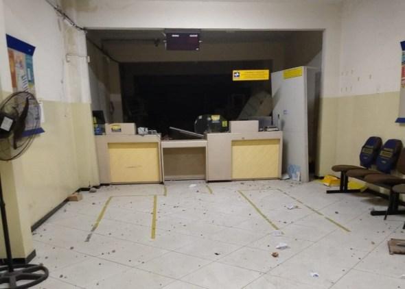 Grupo ataca agência dos Correios e atinge carro com grávida