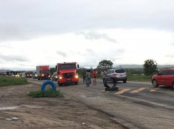 Caminhoneiros fazem protesto em rodovia de Campina Grande