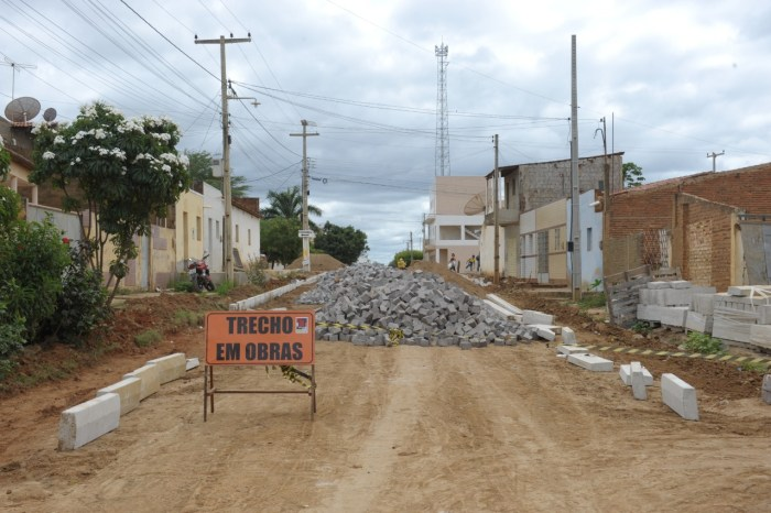 Obras de pavimentação seguem em ritmo acelerado na cidade de Monteiro