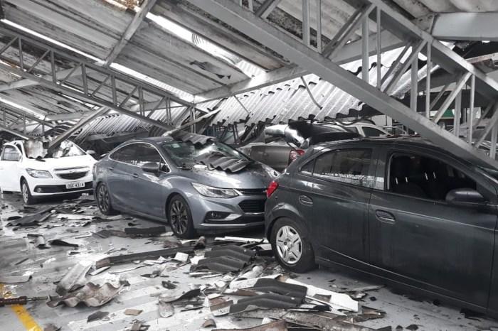 Teto de concessionária desaba com chuvas e destrói carros na PB