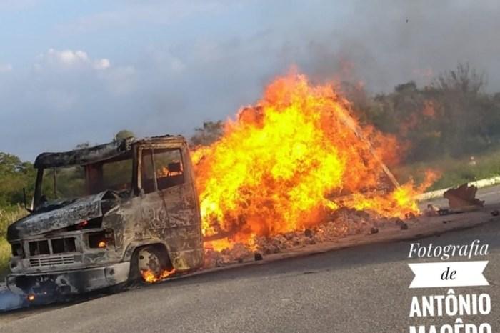 Pane elétrica provoca incêndio em caminhão com carga de biscoitos em cidade do Cariri