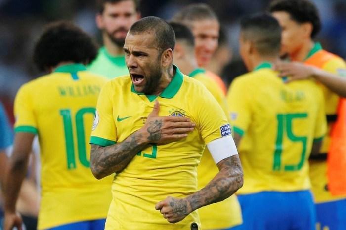 """Daniel Alves pode ser """"novo Ronaldinho Gaúcho"""""""
