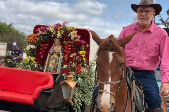 Mantendo tradição, Carlos Batinga participa da tradicional Missa do Vaqueiro em Monteiro