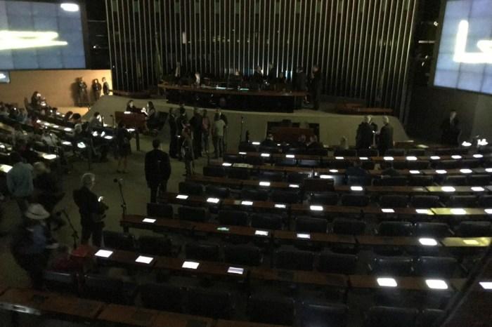 Apagão: Plenário da Câmara fica sem luz em meio a audiência