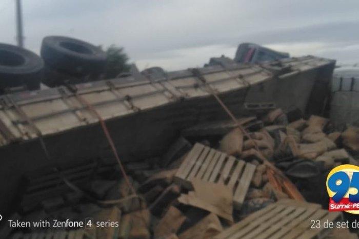 Motorista perde controle da direção e tomba carreta na região do Cariri paraibano