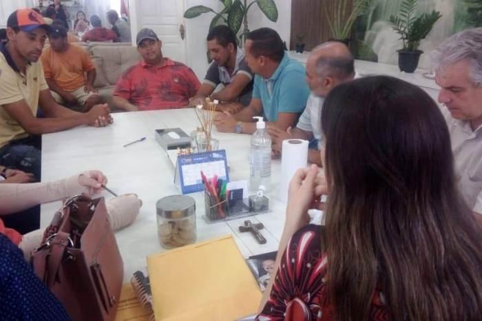 Prefeita de Monteiro recebe servidores para discutir insalubridade