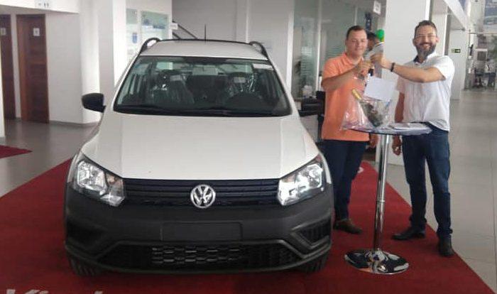 Prefeito de Sumé comemora aquisição de mais um veículo com recursos próprios
