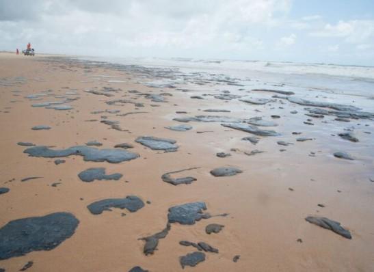 MPF pede multa diária se União não resolver óleo em praias