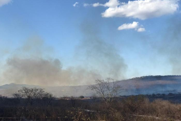 Incêndio de grandes proporções segue incontrolável na zona rural de Monteiro