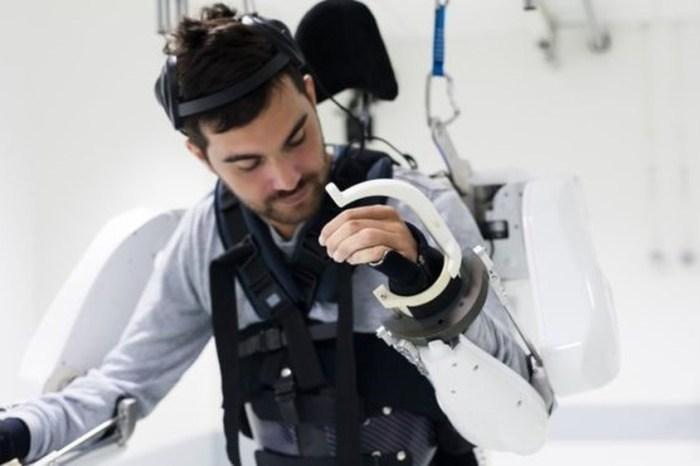 Tetraplégico se move com exoesqueleto ligado à mente
