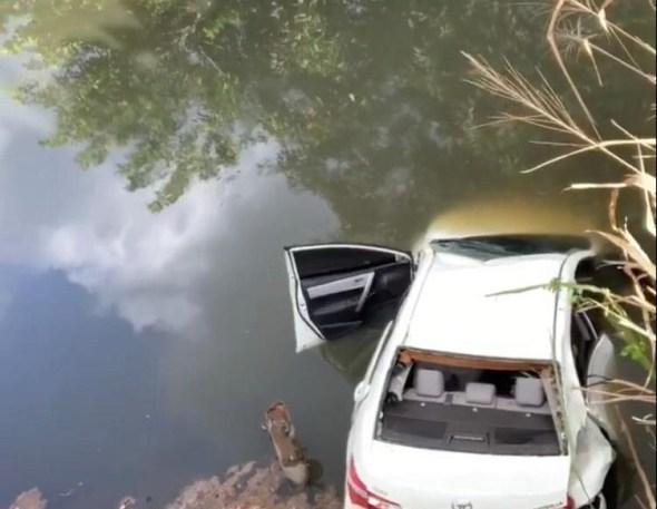 Motorista morre após perder controle e cair com veículo em rio